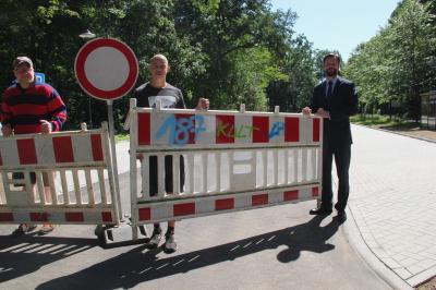 Bürgermeister Matthias Rudolph (r.) eröffnet gemeinsam mit Christian Linke (m.) sowie Sebastian Bernhardt (l.) vom Parkclub den neuen Parkplatz