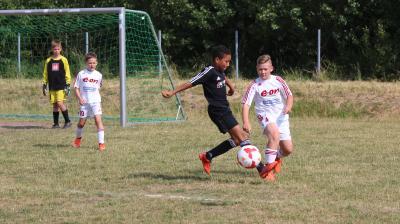 Fabrice Stepanow ( Sarow/Pentz, schwarz ) und Ole Fürst (  Demmin, weiss ) prägten mit starken Leistungen das E-Jugend Derby