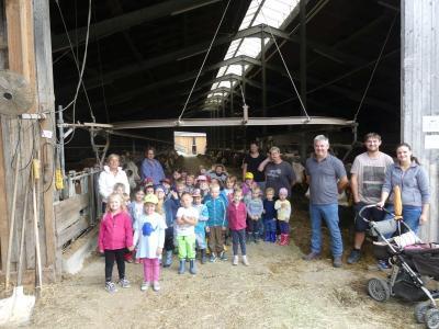 Foto zur Meldung: Kindergartenkinder zu Besuch auf dem Bauernhof