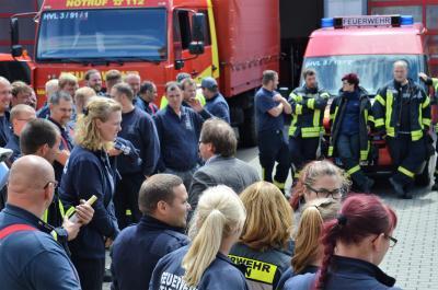 Nach der Freigabe des Sperrkreises bedankte sich Bürgermeister Meger bei den Kameradinnen und Kameraden der Freiwilligen Feuerwehr Nauen.