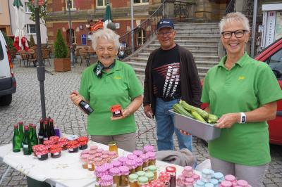 """Auch die Mitglieder vom Kleingartenverein """"Am Wiesengrund"""" Calau e.V. beteiligten sich mit ihren Produkten beim Regionalmarkt. Foto: Stadt Calau"""
