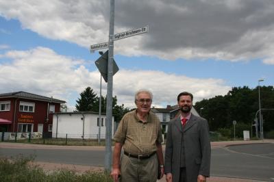 Bürgermeister Matthias Rudolph (rechts) und Rudi Jaster, Heimatforscher für die Geschichte des Fürstenwalder Stadtteils Ketschendorf, weihen gemeinsam die Siegfried-Hirschmann-Straße ein