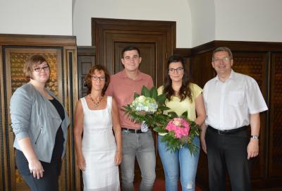 Herzliche Gratulation für Lena Schlink und Frederik Töpfer (M.) vom Bürgermeister, der Personalratsvorsitzenden Heike Uhde und der Ausbildungsleiterin Susann Artelt (v.r.). I Foto: Christiane Schomaker