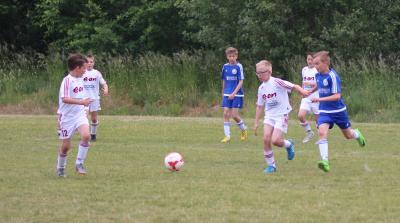 Im E-Jugendturnier in Kirchdorf hat es der Demminer SV (  weisse Trikots ) mit starker Konkurrenz zu tun