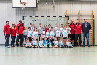 Foto zur Meldung: Die Bambinis des SV Großschönach freuen sich über neue Trikots