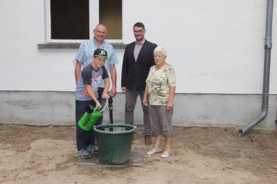 Ortsbürgermeister Thomas Lindemann, Bau und- Ordnungsamtsleiter Arne Haberland, Frau Angelika Stumbries mit Enkel Tom