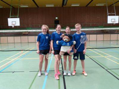 """Bildunterschrift: Unser Foto zeigt von links Emely van Setten, Katharina Köhnken, Angelina Köhnken mit dem Maskottchen der Badmintonabteilung """"Tapsi"""" sowie dem an Rang 1 spielenden Simon Müller."""