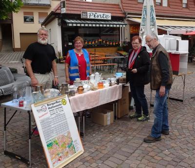 Edith und Horst Gaul boten Gebrauchtes für die Stadtfest-Gäste. Im Hintergrund ein Bürgerbus-Modell aus Karton