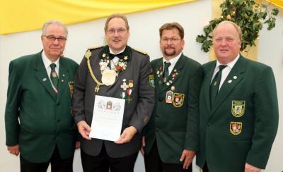 Präsident Hartmut Wiegers erhielt die Goldene Verdienstnadel des Deutschen Schützenbundes. Heinz-Heinrich Thömen, Hartmut Wiegers, Lars Bathke und Volker Höper (v.l.)