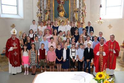 Foto zur Meldung: Firmung in der Pfarreiengemeinschaft- Weihbischof Dr. Josef Graf spendete 39 Jugendlichen das Firmsakrament