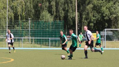 Max Bose ( am Ball ) und Philipp Korthaase ( beide grünes Trikot ) sind wichtige Stützen der Demminer Mannschaft