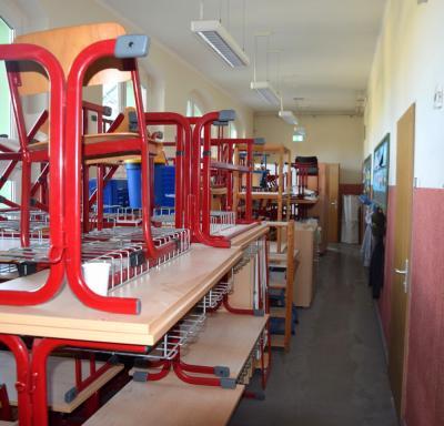 Vorschaubild zur Meldung: Handwerker sind in der Grundschule Annahütte zugange