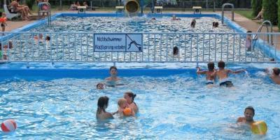 Foto zur Meldung: Ansturm auf das Schwimmbad