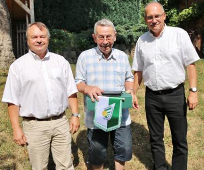 ´Helmut Hertel (Mitte) erhielt zu seinem Geburtstag unter anderem Glückwünsche von HVS-Präsident Uwe Vetterlein (r.) sowie dem Vorsitzenden des Verbandsschiedsgerichts, Dr. Fritz Schnerr (r.).  Foto: Knut Berger