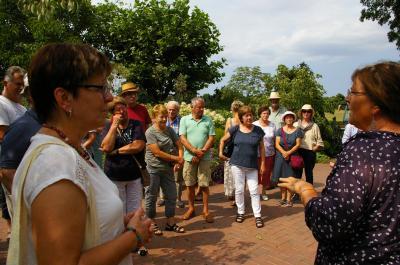 Fenna Graf (rechts) führte die Reisegruppe durch ihren Garten. Foto: Kirsten Große