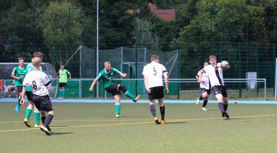 Philipp Korthaase ( grünes Trikot ) überzeugte in den Vorbereitungsspielen in Demmins Abwehr mit konstanten Leistungen