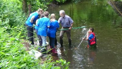 Foto aus dem Wassercamp der AFG 2018: Dr. Ludwig Tent zeigt den Schülern Tricks beim Keschern.