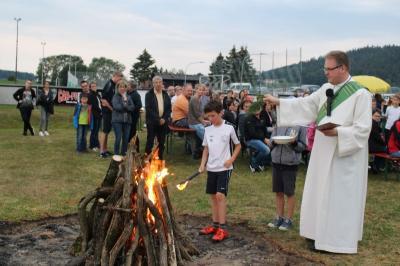 Foto zur Meldung: Lagerfeuergottesdienst auf dem Fußballplatz zum Thema Talente