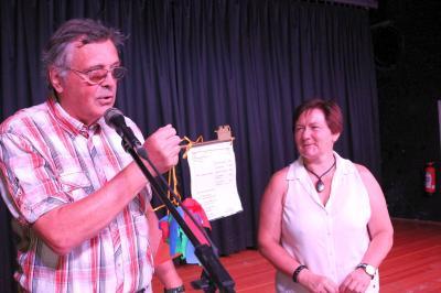 Christiane Zeiger erhielt zur Amtsübernahme von Vorgänger Hans-Günther Schubert den symbolischen Schul-Schlüssel. Foto: Stadt Calau