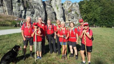 Märkische Wanderfreunde vor den Externsteinen (Foto: H. König)