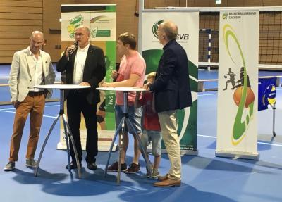 Die drei Präsidenten der sächsischen Ballsportverbände von links Manfred Haupt (Basketball-Verband), Uwe Vetterlein (Handball-Verband) und Wolfgang Söllner (Volleyball-Verband) im Talk mit Sebastian Winkler (2. v. rechts), dem Hallensprecher der DSC-Volleyball-Bundesliga-Damen