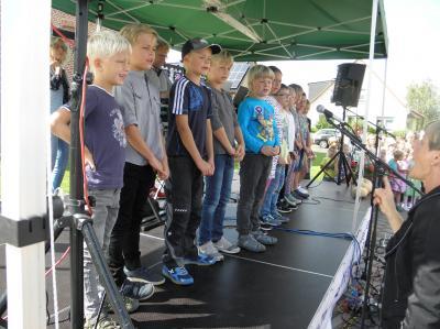 Grundschüler bei ihrem Auftritt vor großem Publikum