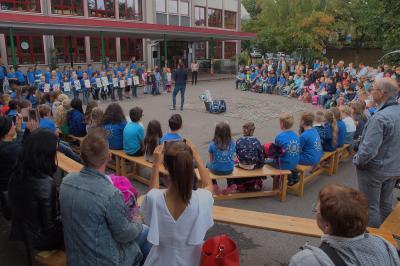 Begrüßung auf dem Schulhof
