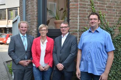vlnr: Bürgermeister Imig, die beiden Jubilare Carmen Wendling und Dirk Schmitt, Personalratsvorsitzender Dirk Stein