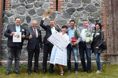 Landrat Harald Altekrüger (2.v.l.), Bürgermeister Fred Kaiser (3.v.l.) sowie Vertreterinnen und Vertreter der Gemeinde Dissen und des Amtes Burg (Spreewald) nach der Auszeichnungsveranstaltung. (Foto: LK SPN)