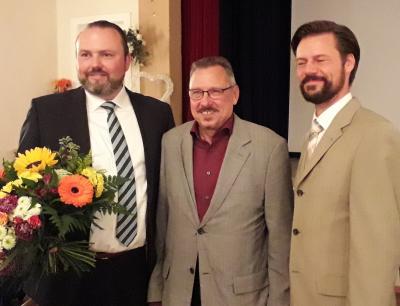 Der neu gewählte Erste Beigeordnete der Stadt Fürstenwalde Stefan Wichary (ganz links), daneben Jürgen Teichmann, Vorsitzender der Stadtverordnetenversammlung sowie Bürgermeister Matthias Rudolph (rechts)