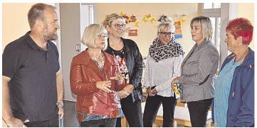 Informierten sich in Gesprächen über die Kinder- und Jugendarbeit: Barbara Borchardt (2. v. l.) und Britta Gnadke (3. v. l.). Bürgermeister Markus Lau hatte zuvor die Gemeinde vorgestellt. Foto: muen
