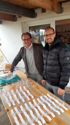 Bürgermeister Manuel Meger, Staffelleiter der 2. Kreisklasse B und Tobias Stimming, Staffelleiter Kreispokal am Sonntag bei der Auslosung.