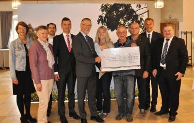 Foto zur Meldung: Banken spenden 2700 Euro an die Tafel im Städtedreieck
