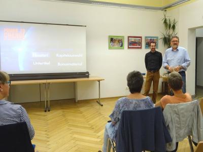 Markus Bäuml (r. v.) und Gregor Glötzl (l. v.) von INKER-S begrüßen das Publikum im MehrgenerationenHaus in Maxhütte-Haidhof