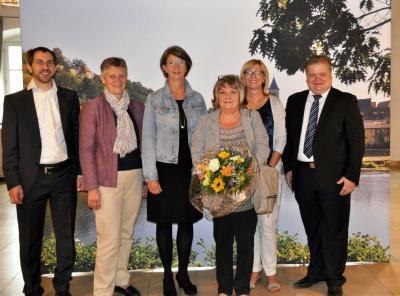 Die drei Bürgermeister/innen verabschiedeten Brigitte  Schönwetter (3. v. r.) nach 25 Jahren ehrenamtlicher Tätigkeit für die Kleiderkammer im Städtedreieck. Gudrun Bitterer (2. v. r.) wird in Zukunft die Kleiderkammer in den neuen Räumlichkeiten in Burglengenfeld leiten.