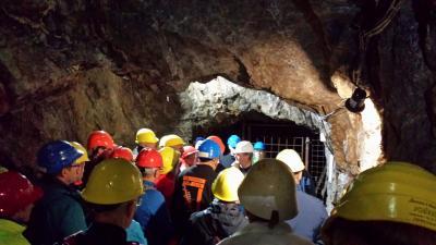 Dr. Wolfang Werner erläutert einen Geopunkt auf der Besucherstrecke. Bild: Peter Wegstroth