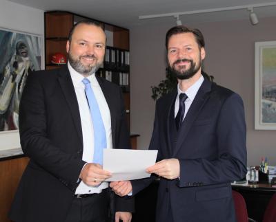 Stefan Wichary (links) erhält von Bürgermeister Matthias Rudolph seine Ernennungsurkunde