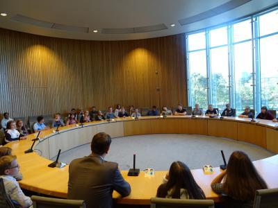 Vorschaubild zur Meldung: Politik hautnah erleben: Schülerinnen und Schüler der Klassen 8a und 8d zu Besuch im Düsseldorfer Landtag