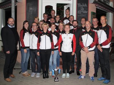 Das Drachensport-Goldteam, Erster Beigeordneter Stefan Wichary ganz links, Bürgermeister Matthias Rudolph fünfter von rechts