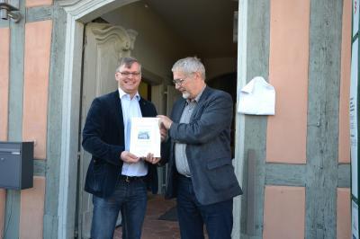 Arne Kron übergibt für die AG Historische Stadtkerne die Auszeichnung an den Bürgermeister Roman Blank, Foto: Wolfgang Hörmann