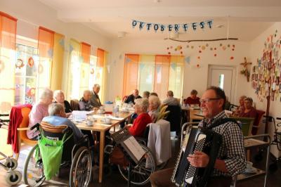 Foto zur Meldung: Lustiges Oktoberfest in der Pflegeinsel Peter Kuhn