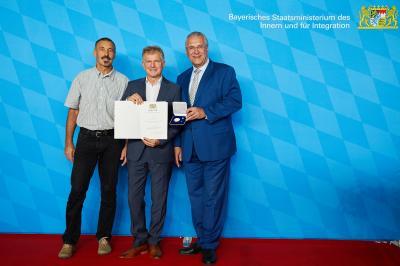 Vizepräsident Sport BVS Bayern Georg Steibl (li.) Georg Hadersdorfer (Mi.) erhielt die Ehrenmedaille aus den Händen von Innen- und Sportminister Joachim Herrmann (re.).