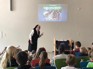 Foto zur Meldung: 2018/2019 Besuch von Schwester Bede