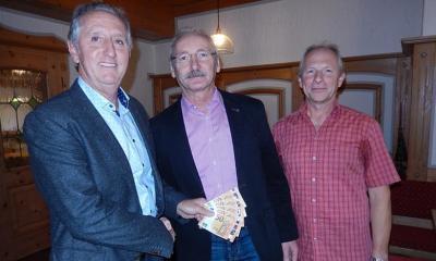 RK-Sprecher Stefan Beil (l.) und Johann Fischer (r.) übergaben Albert Krieger, Vorsitzender der Bürgerhilfe, eine Spende von 250 Euro. Foto: Gleixner