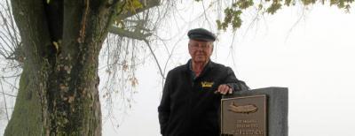 Roland Gundlach am Luftbrücken-Denkmal