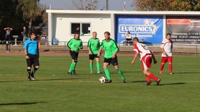 Eric Meinke ( grünes Trikot, am Ball ) kämpft am Sonntag  mit der Ü 35 des Demminer SV um den Einzug ins Pokalhalbfinale