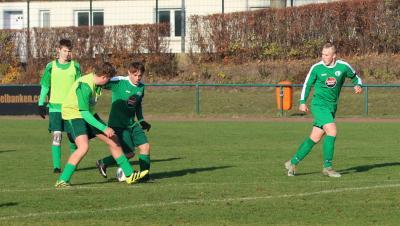 Nico John ( grün, am Ball ) und Ben Dreher ( grün,  rechts im Bild ) waren in ihrem Tordrang nicht zu bremsen