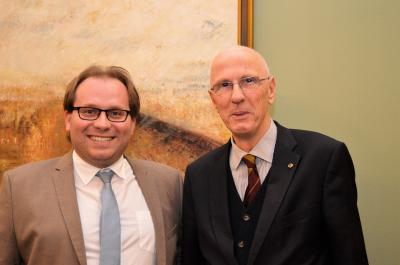 Bürgermeister Manuel Meger dankte Dr. Dieter Neumann, Präsident des Lios-Clubs Nauen, für die Spende.