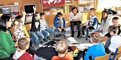 Schulamtsdirektorin Johanna Buchberger-Zapf trug spannende Geschichten vor. −Foto: Heisl