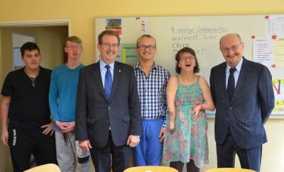 """Vorschaubild zur Meldung: Schüler der """"Hand in Hand Förderschule"""" in Senftenberg freuen sich über renovierte KWG-Trainingswohnung"""